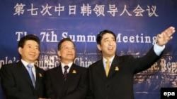 Вопреки предсказаниям пессимистов новый японский премьер Абэ (справа) активно взялся за улучшение отношений с «проблемными» соседями (на снимке с президентом Южной Кореи и премьером госсовета КНР (в центре)