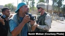 سمير مزبان وكامرته في احد شوارع بغداد
