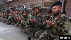 د افغان ملي اردو سرتېري دعا کوي