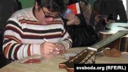 Зьміцер Бартосік раздае аўтографы пасьля канцэрту ў Баранавічах.