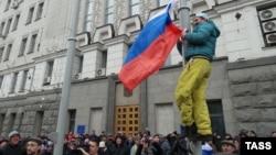 Demonstruesit e vendosin flamurin e Rusisë në qytetin ukrainas Harkov