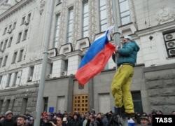 Ресей туын көтеріп жатқан Харьков тұрғындары. 26 ақпан 2014 жыл.