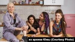 Юма (вляво), Алина (втората отдясно) с нейната приятелка Ксюша, и Мила (последната вдясно)