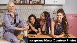Juma (balra) a lányaival: Mila (jobbra) és Alina (jobbról a második). Alina barátnője és menyasszonya, Kszjusa balról a második