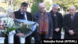 Rade Aleksić (u sredini) pored groba svog sina