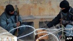Отқа жылынып отырған ауған полицейлері. Қандағар, 24 маусым 2012 жыл. (Көрнекі сурет)