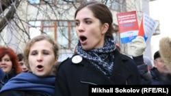Участницы панк-группы Pussy Riot Надежда Толоконникова (слева) и Мария Алехина.