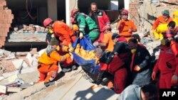 Турция. Спасательные работы в городе Эрджис. 24 октября 2011 года