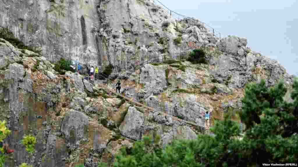Підвісний міст, що веде до середини скелі Діва