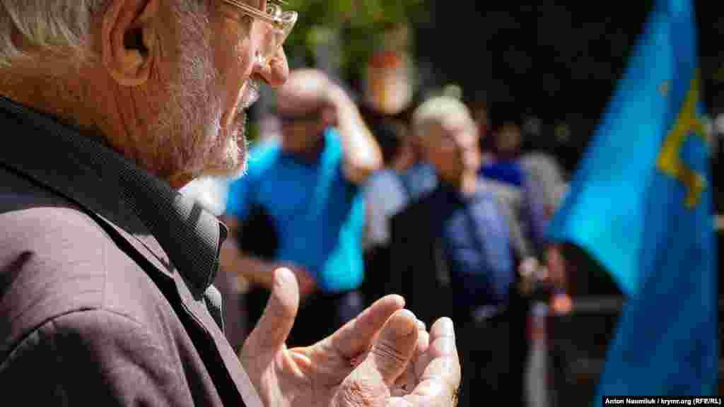 Пам'ятна акція жертвам депорaтаціі кримськотатарського народу. Активісти читають колективну молитву біля пам'ятного знака