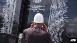 Një burrë duke shikuar memorialin e familjarëve të vrarë gjatë luftës në Kosovë. Foto nga arkivi