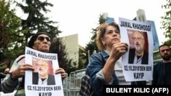 Укук коргоочулар Стамбулдагы Саудиянын консулдугунун алдына чыгып, журналистти табууну талап кылышты. 9-октябрь, 2018-жыл.