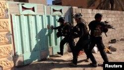 قوات أمنية عراقية في عملية دهم بالرمادي