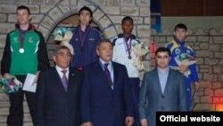 В Узбекистане Гафур Рахимов (в центре) прославился, как покровитель бокса.
