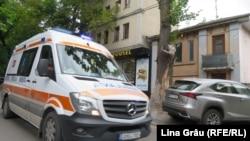 O ambulanță pe o stradă din Chișinău, în timpul pandemiei de coronavirus. 4 iunie 2020