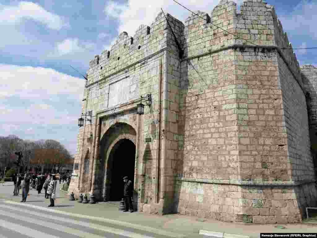 Stambol kapija niške Tvrđave je glavna kapija, a osim nje postoje i Vodena, Vidin i Beogradska kapija koja je zaklonjena Cvetnom i Zelenom pijacom.