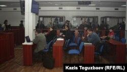 Журналисты, адвокаты и подсудимые в зале суда во время перерыва в судебном заседании. Иллюстративное фото.
