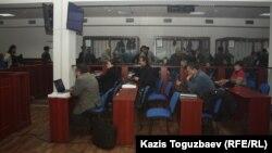 Сотта отырған журналистер мен адвокаттар және айыпталушылар. Алматы, 28 қаңтар 2014 жыл. (Көрнекі сурет).