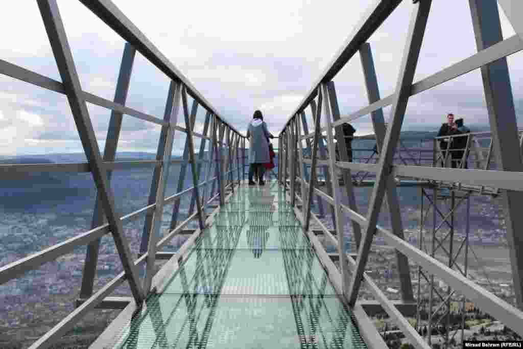 """Патеката """"Skywalk"""" е изработена од стакло"""