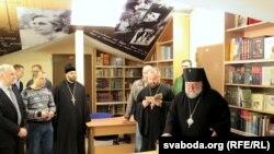 Епіскап Гарадзенскі і Ваўкавыскі асьвячае Бібліятэку імя Ларысы Геніюш