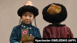 Аида Майдашеванын дизайны боюнча жаш балдар үчүн жасалган кыргыз стилиндеги кийимдер. 2018-жыл.