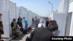 Узбекистанцы, по приезду в страну отправленные в контейнерный лагерь в Уртачирчикском районе Ташкентской области.