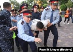 Полиция алаңға келгендердің бірін ұстап жатыр. Алматы, 12 маусым 2019 жыл.