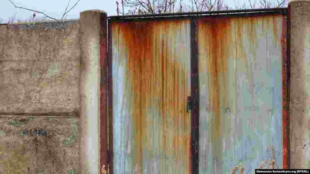 Металеві ворота одного з приватних будинків. Перекоп