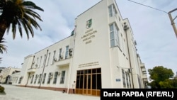 Здание Национального банка Абхазии заметно выделяется на фоне преобладающего модерна в местном архитектурном ландшафте