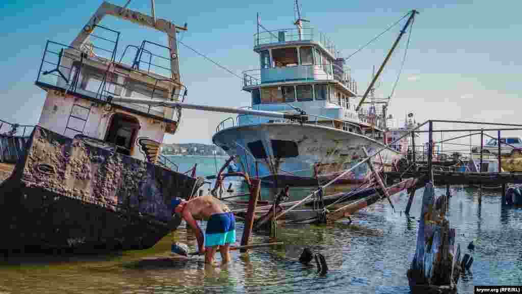 На кладбище старых рыбацких кораблей местные жители ловят крабов