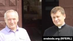 Сяргей Сурыновіч з Уладзімерам Някляевым на леташнім вэрнісажы ў Друі