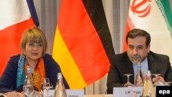 EU расмийси Хелга Шмид (чапда) ва Эрон вакили Аббос Арагчий Швейцарияда 5 март куни бўлиб ўтган музоқаралар пайтида.