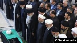 نماز بر جنازه محمدرضا مهدوی کنی توسط علی خامنهای؛ حسن روحانی، امامی کاشانی، احمد جنتی و امامی کاشانی در صف نخست حضور دارند.