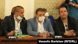 """Съсобственикът на """"Градус"""" Иван Ангелов (в средата) седна до бизнесмена Светослав Илчовски, който ден по-рано го обвини в изнудване"""