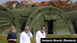 Medicinsko osoblje pored šatora postavljenih ispred Kliničke bolnice Dubrava u Zagrebu