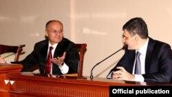 Бывший министр обороны Армении Сейран Оганян (слева) представляет новоназначенного замминистра обороны Давида Пахчаняна, июнь 2016 г.