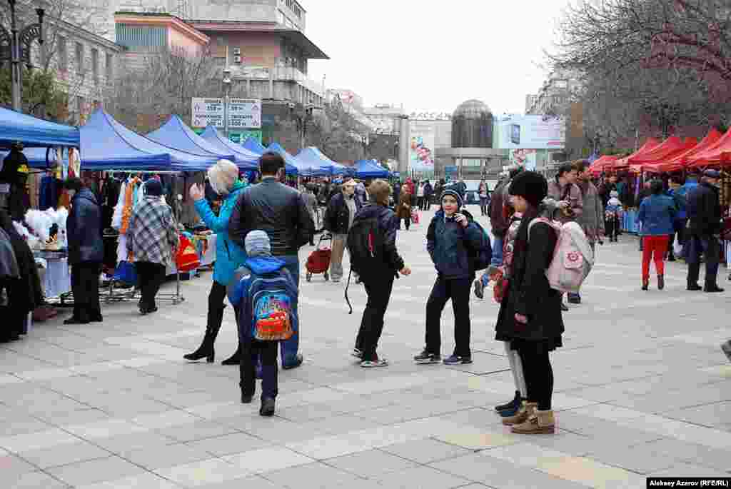 Всего в «Празднике юрты» принимают участие примерно 60 ремесленников из Казахстана, Кыргызстана, Узбекистана и Туркменистана. Торговые палатки с их продукцией.