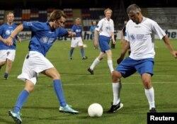 Министр иностранных дел Косова Хашим Тачи играет в футбол с министром иностранных дел Австрии Себастьяном Курцем. Саммит государств Западных Балкан, Вена, август 2015 года