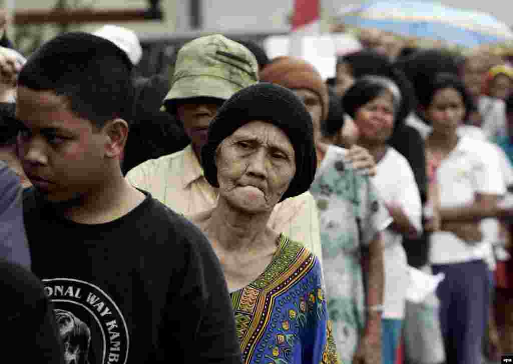 Дорогая еда - это не только про Россию. Всего за год розничная цена на рис (а он составляет основную еду для половины населения земного шара) вырос в цене вдвое. В очереди за бесплатной пачкой риса в столице Индонезии.