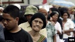 İndoneziyalılar pulsuz 1 kq-lıq düyü kisəsi almaq üçün növbəyə dururlar