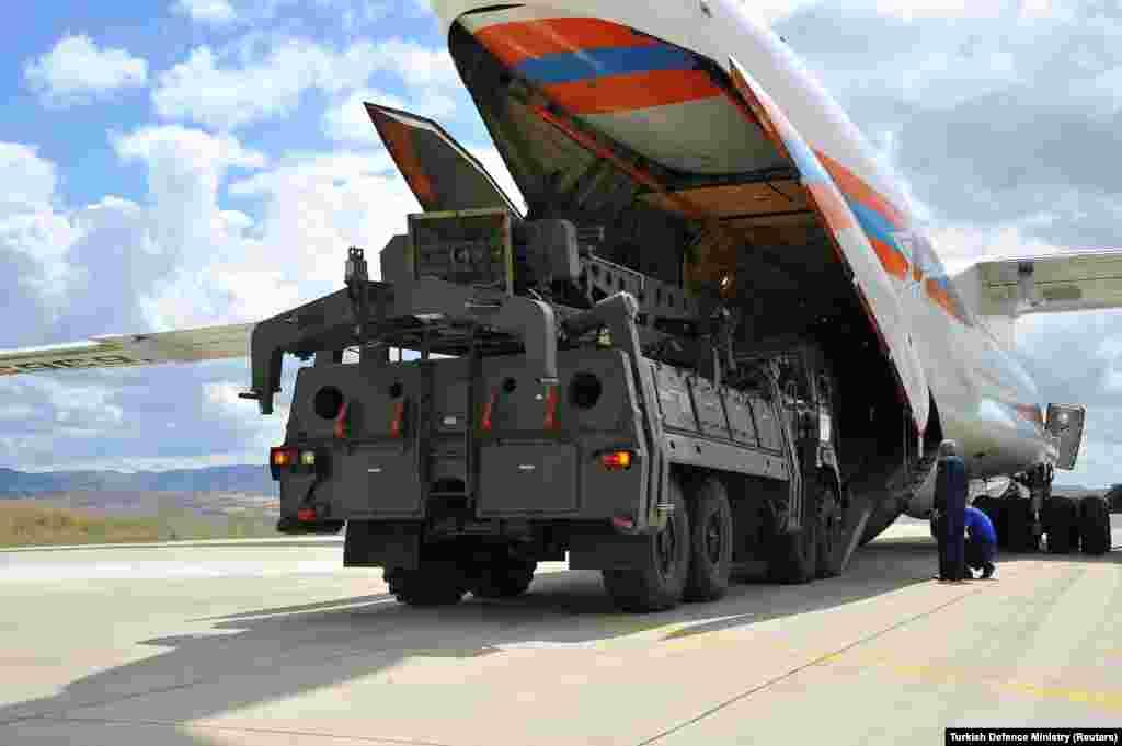РУСИЈА - Сергеј Чемезов, шеф на руската државна компанија Ростех, изјавил дека Русија и Турција разговараат за можноста од заедничко производство на некои компоненти на рускиот систем за противракетна одбрана С-400 во Турција.