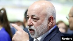 Associates of Russian tycoon Viktor Vekselberg were arrested on bribery charges.