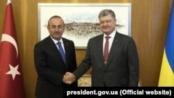 Президент України Петро Порошенко (праворуч) і міністр закордонних справ Туреччини Мевлют Чавушоглу. Стамбул, 9 квітня 2018 року