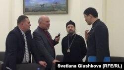 Представители религиозных общин говорят с депутатом Бахтияром Макеном в кулуарах рабочей группы по законопроекту о религии. Астана, 15 февраля 2018 года.