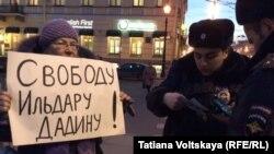 Одна из участниц акции в поддержку Ильдара Дадина