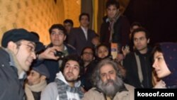 رحمانیان و بازیگرانش در اعتراض به سیاست های تئاتری، جلوی تئاتر شهر گرد آمدند(عکس: سایت کسوف)