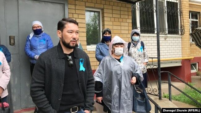 Активисты на митинге после похорон активиста Серика Оразова, Актобе, 17 мая 2020 года.