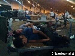 Bakıda Yaşıl bazarın gecəsi - yorğun fəhlələr