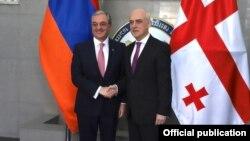 Главы МИД Армении и Грузии - Зограб Мнацаканян (слева) и Давид Залкалиани
