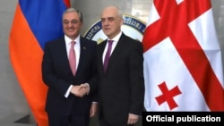 Зограб Мнацаканян (слева) и Давид Залкалиани. Тбилиси, 24 июля 2019 г.